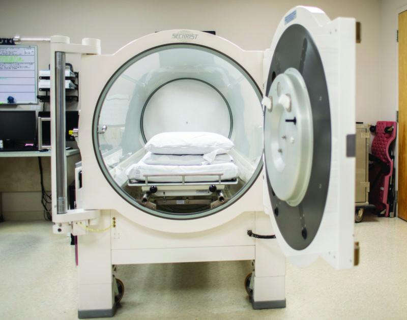 Hyperbaric oxygen chamber with open door
